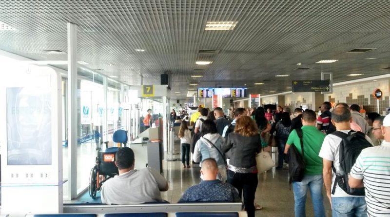 pessoas no aeroporto