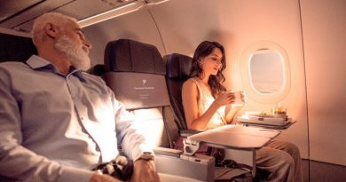pessoas sentadas no avião